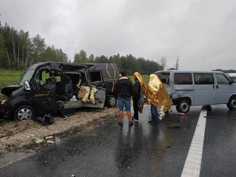 Karambol na A4. Droga zablokowana w obu kierunkach, zderzyło się sześć samochodów, jest wielu rannych