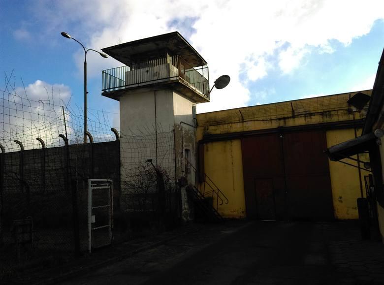 W kraju jest 80 więzień sprzed II wojny światowej. W naszym regionie żaden zakład - przynajmniej na razie - nie zostanie zlikwidowany. Wśród likwidowanych jednostek wymienia się Zabrze, Kędzierzyn-Koźle i Wałbrzych (na zdjęciach widać korytarze i wnętrza cel oraz dziedziniec Zakładu Karnego w...
