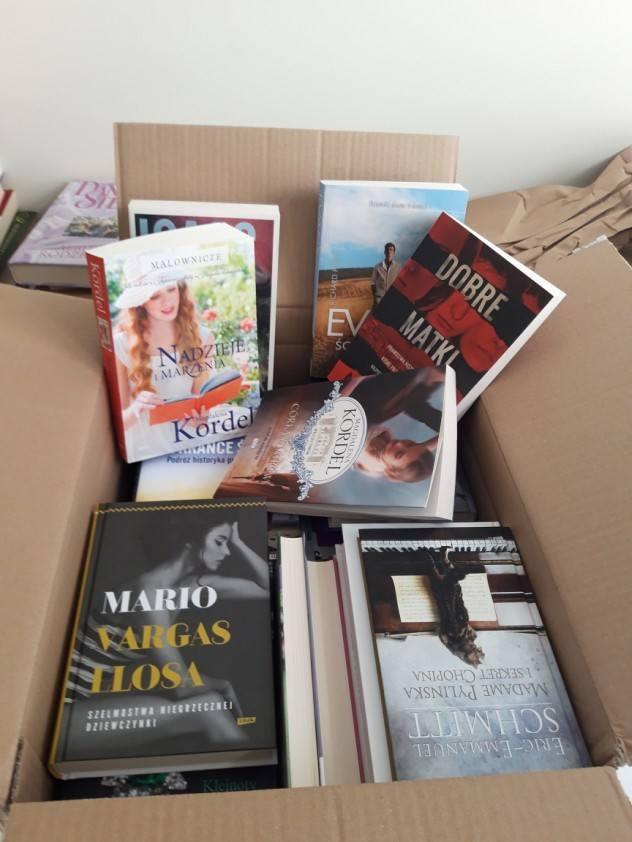 """Będziemy musiały chyba kupić drugi regał - cieszą się panie ze stowarzyszenia Eurydyki. To one kilka dni temu zainicjowały akcję """"Podziel się książką z wakacji"""". Akcja miała trwać do końca września. Ale już dziś panie proszą, by nie wysyłać do nich nowych książek. Bo odzew jest tak duży, że..."""