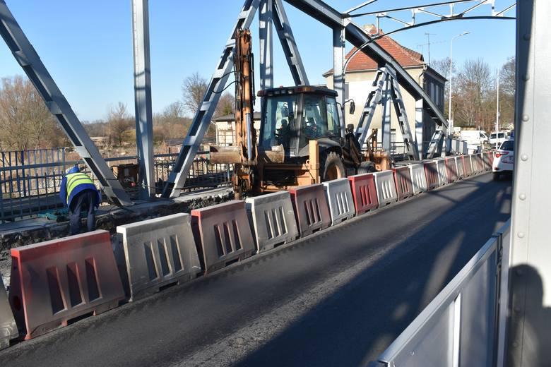 Od kilku dni robotnicy na moście Elizy zajmują się drugą częścią mostu Elizy. To oznacza, że w końcu ruszyły prace na drugim pasie jezdni na przeprawie