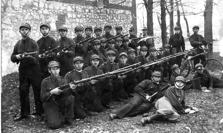 Lubelski oddział Betaru podczas ćwiczeń z bronią w terenie. Luty 1933 r.