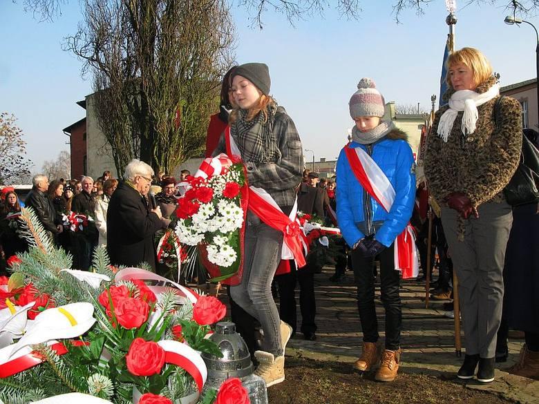 Przedstawiciele szkół oraz instytucji znajdujących się na terenie Żnina złożyły kwiaty pod pomnikiem AK.