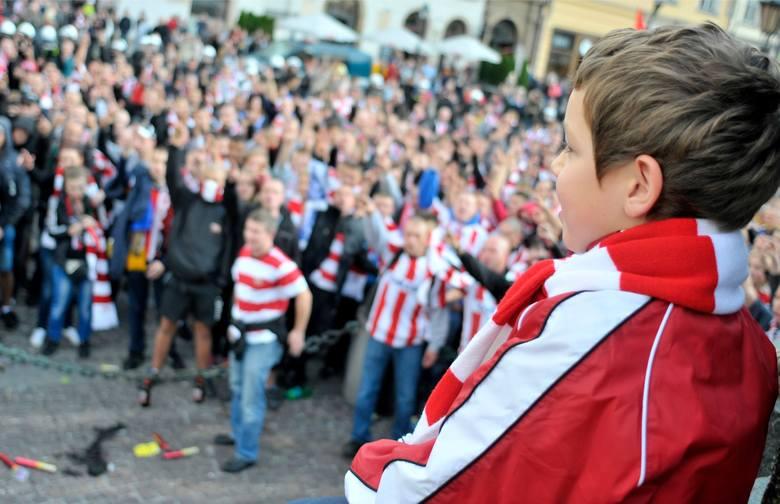 Koronawirus. Choć polscy kibice nie mogą odwiedzać stadionów, ani oglądać ukochanych drużyn w akcji, nie próżnują! Przed Wami mnóstwo przykładów świetnej