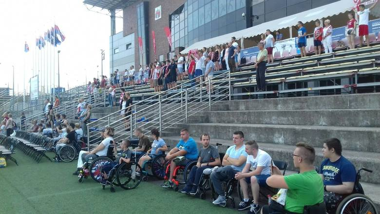 Około 150 osób przyszło w czwartek po południu do bydgoskiej strefy kibica przy Gdańskiej, by dopingować Polaków w ostatnim meczu na mundialu. Reprezentacja