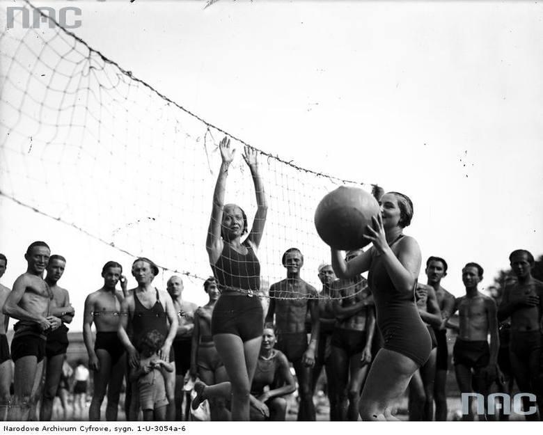 Krakowscy plażowicze podczas gry w siatkówkę na plaży Towarzystwa Uniwersytetu Robotniczego w Krakowie