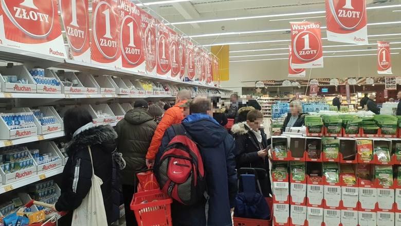 Wielka wyprzedaż w Auchan. Hipermarkety i dyskonty walczą o klienta. Tym razem Auchan postanowił skusić klientów artykułami, których cena to zaledwie