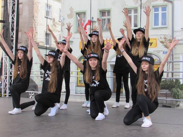 Z okazji Międzynarodowego Dnia Tańca Urząd Miasta Żary, Starostwo Powiatowe, Łużyckie Stowarzyszenie Artystyczno - Kulturalne Żaranin oraz Artur Niezgoda