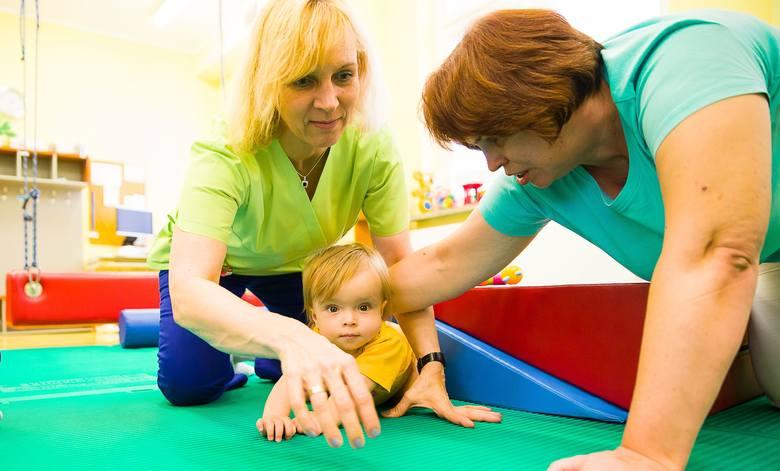 Do prowadzenia rehabilitacji jesteśmy przygotowani. Mamy sprzęt i wykształconych pracowników - zapewnia Ewa Rakowicz (z lewej), kierownik zespołu fizjoterapeutów w szpitalu dziecięcym.<br />