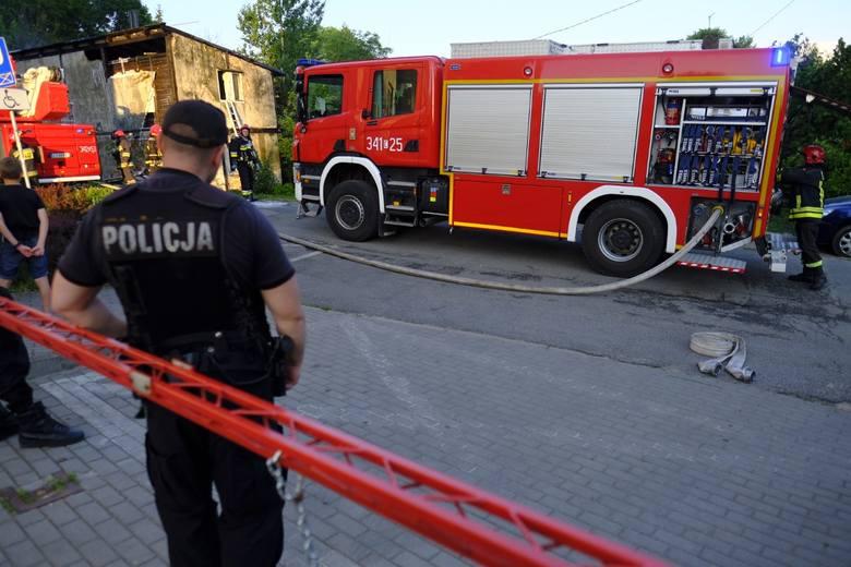Pożar budynku na ulicy Morcinka 34 w Toruniu. Z ogniem walczyło kilka zastępów strażaków. Do wybuchu pożaru doszło w środę (9 maja) po południu. - Nikomu