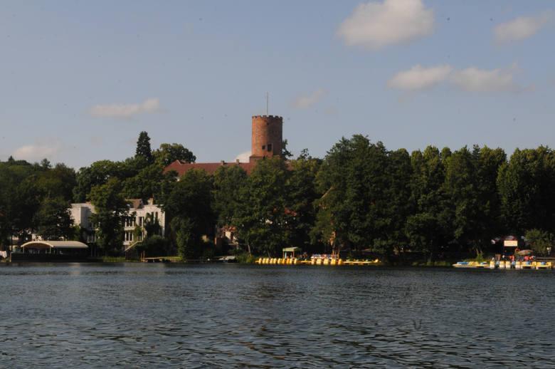 Nad okolica góruje wieża zamku joannitów