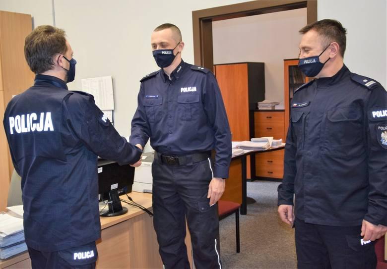 I zastępca komendanta powiatowego mł. insp. Dariusz Suwała (od lewej) gratuluje nowemu zastępcy Komisariatu Policji w Skawinie podkom. Piotrowi Solarzowi,