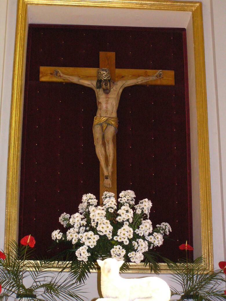 W kościele pokarmelickim w Kcyni znajduje się naturalnej wielkości figura Pana Jezusa Ukrzyżowanego z 1500 roku lub z początku XVI stulecia, która słynie