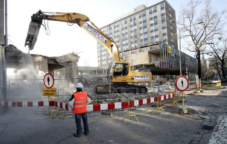 Rozbiórka łącznika - pawilonu nad ulicą Zaporoską, grudzień 2006 - styczeń 2007 roku