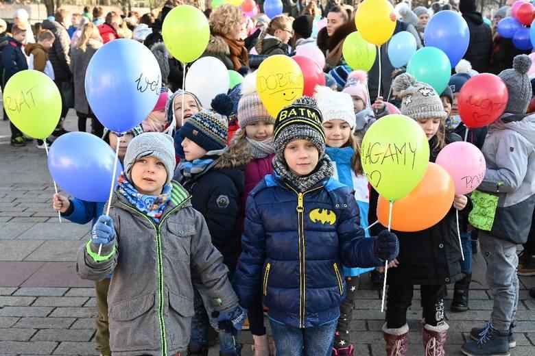 Przez centrum Kielc przeszedł I Korowód Wolontariatu. W tym radosnym wydarzeniu wzięło udział około 300 osób. Byli wśród nich zarówno wolontariusze,