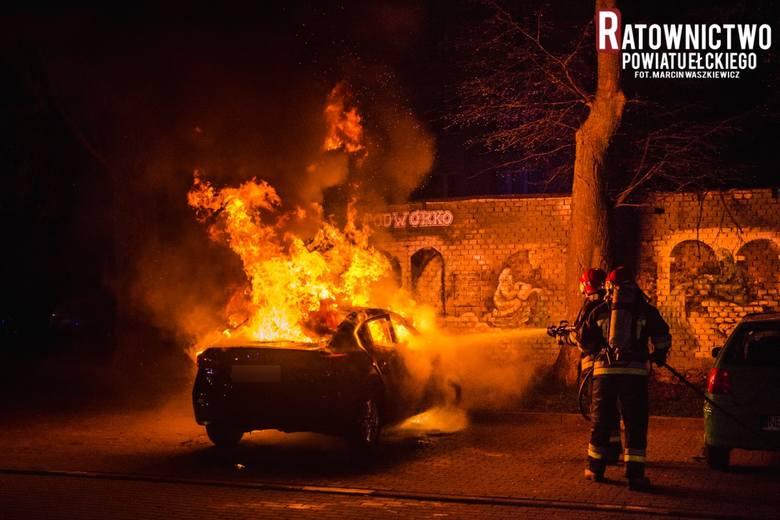 Ełk: Pożar samochodu osobowego na osiedlu. Auto spłonęło doszczętnie. Strażacy uratowali samochód zaparkowany obok pożaru (zdjęcia)