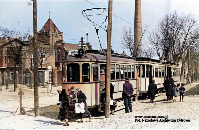 Czary mary, tak wygląda kolorowa wersja tego zdjęcia. Proszę zwrócić uwagę na dwie panie, które przechodzą przez tory przed tramwajem nr 25.