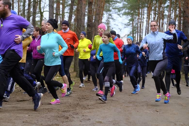 W sobotni poranek toruńscy kibice tradycyjnie spotkali się w lasku Przy Skarpie, by wspólnie pokonać trasę liczącą 5 kilometrów. Parkrun odbył się w