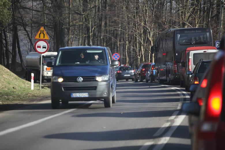 Od wtorku (14.03) w Bydlinie drogowcy pracujący przy budowie mostu na drodze Słupsk - Ustka uruchomili wahadło, funkcjonuje również sygnalizacja świetlna.