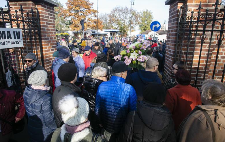 Wszystkich Świętych 2019. Warszawiacy odwiedzają groby najbliższych. Tłumy na Powązkach [ZDJĘCIA]