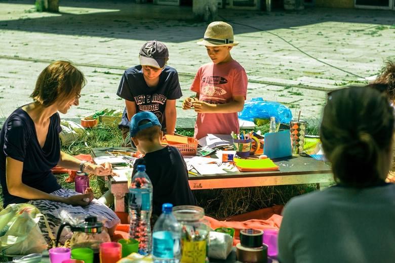 """Głównym celem warsztatów """"Zabawki z trawki"""" będzie przedstawienie dzieciom roślin najczęściej spotykanych w mieście oraz dawnego wykorzystania"""