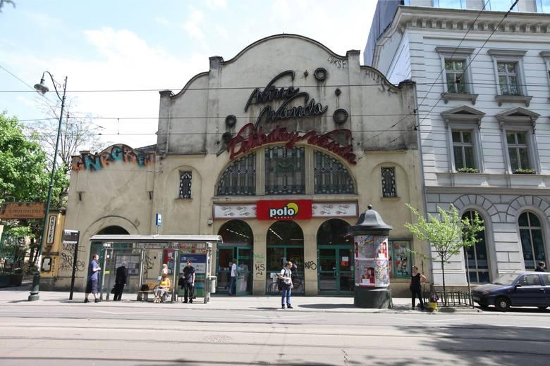 Kino Wanda długo było największym kinem w mieście. Choć były pomysły na jego rozbudowę, właścicielom bardziej opłacał się wynajem. Nowy inwestor przerobił