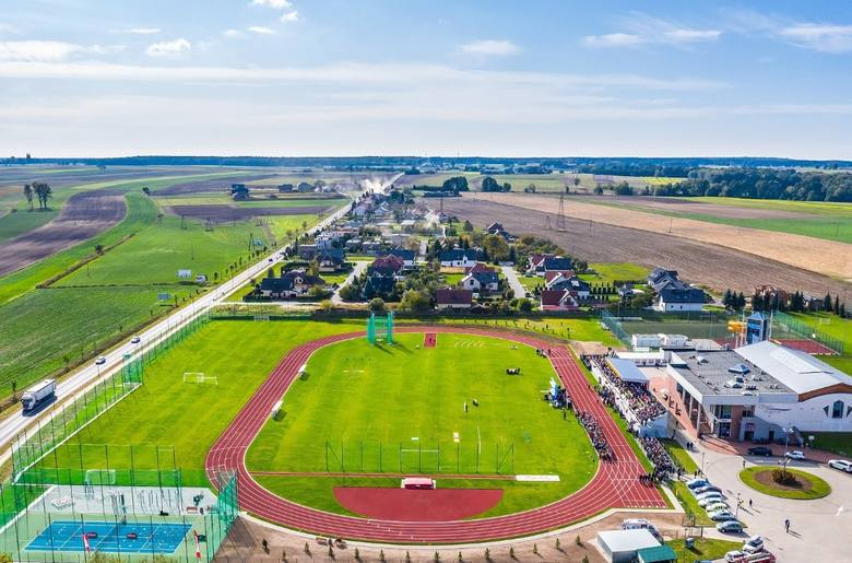 Ładne i nowoczesne stadiony nie są domeną wyłącznie klubów Ekstraklasy i jej bezpośredniego zaplecza. W niższych ligach także spotkamy komfortowe i eleganckie