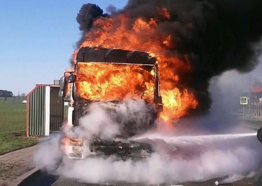 Świdry-Dobrzyce. Pożar ciężarówki przewożącej zrębki drzewne na DK 61