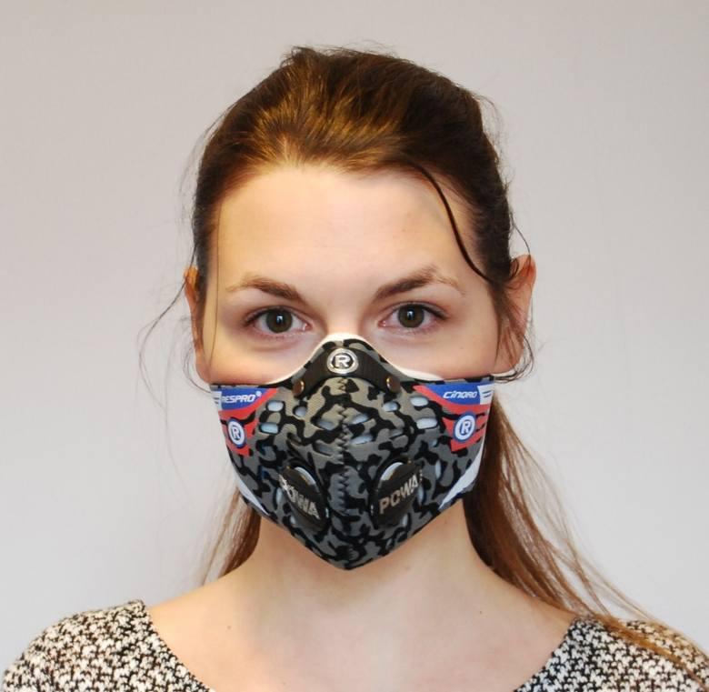 Maska: Respro Cinqro <br /> <br /> * Cena: 279 zł * Cena filtry: Filtr URBAN, do użytku miejskiego (HEPA + warstwa z węglem aktywnym): 18,99 GBP = około 105 zł za dwie sztuki<br /> Filtr SPORTS, bez warstwy z węglem aktywnym: 14,99 GBP = około 83 zł za dwie sztuki<br /> Według producenta...
