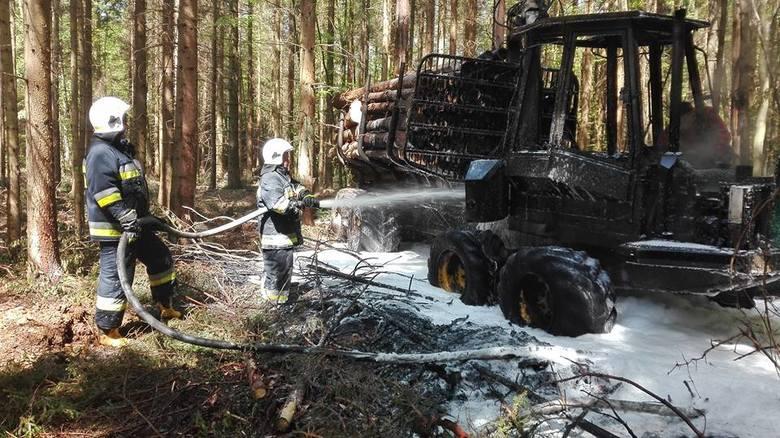 Pomiędzy Słowinem, a Karwicami (powiat sławieński) doszło do pożaru maszyny leśnej, tak zwanego harvestera. Straż Pożarna informuje, że ogień został