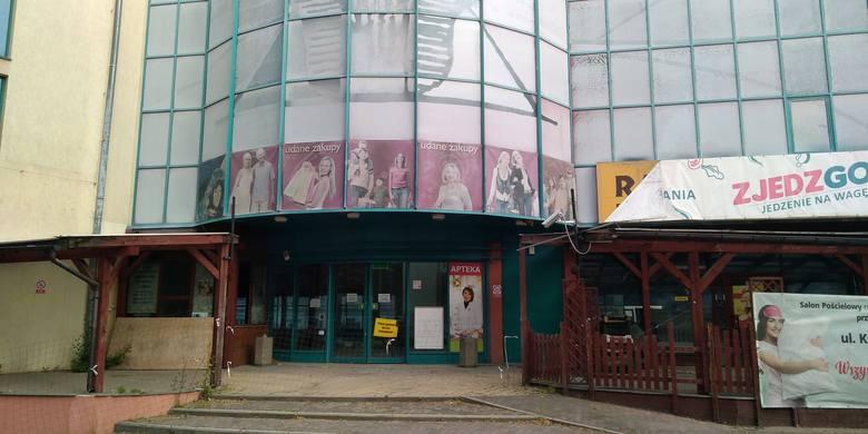 Galeria Pod Topolami w Zielonej Górze: 21 i 22 maja 2020 r. zauważyliśmy, że obiekt jest znów zabezpieczony przed wejściem osób postronnych