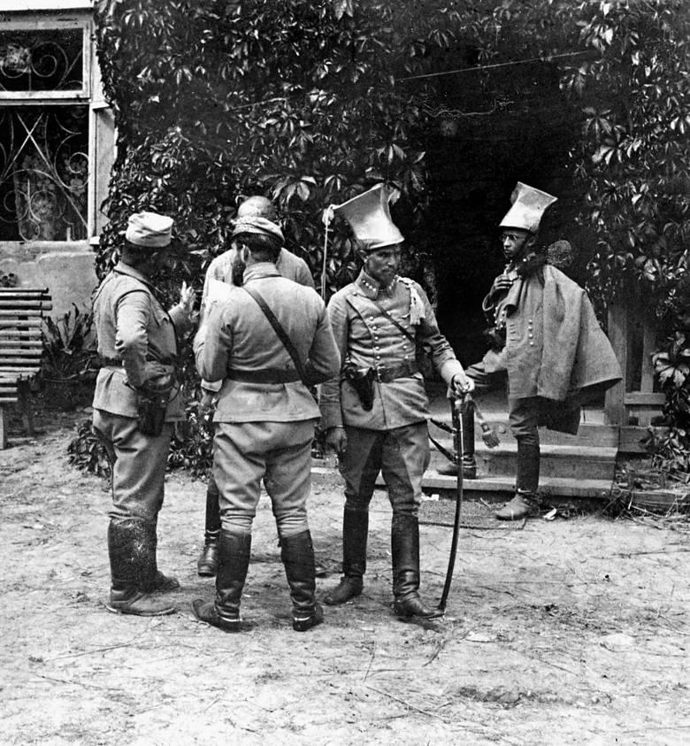 """""""Siódemka Beliny"""" w pełnym składzie i podczas swej pierwszej akcji w dworze w Goszycach, sierpień 1914 r."""