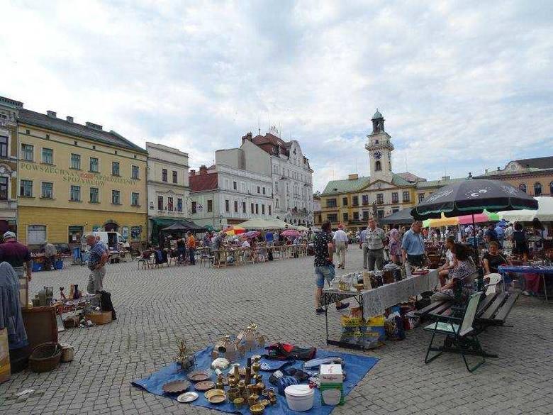 CIESZYNUrokliwy rynek małego miasteczka na granicyCieszyn to jedno z najstarszych polskich miast. Obecnie funkcjonujący rynek  wytyczony został pod koniec
