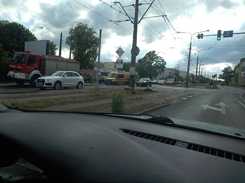 Dzisiaj (14.05) około godziny 16.30, na skrzyżowaniu ulic Reja i Broniewskiego, doszło do zderzenia volkswagena passata z renault twingo. W wyniku tego