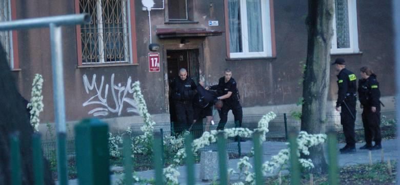 Policjanci musieli siłą wyprowadzić mężczyznę, który uciekł do klatki schodowej kamienicy przy ul. Mazowieckiej.