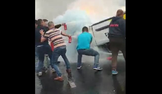 Auto po dachowaniu stanęło w ogniu. W środku zakleszczony został kierowca. Do pomocy błyskawicznie rzucili się inni kierowcy, którym przy pomocy gaśnic