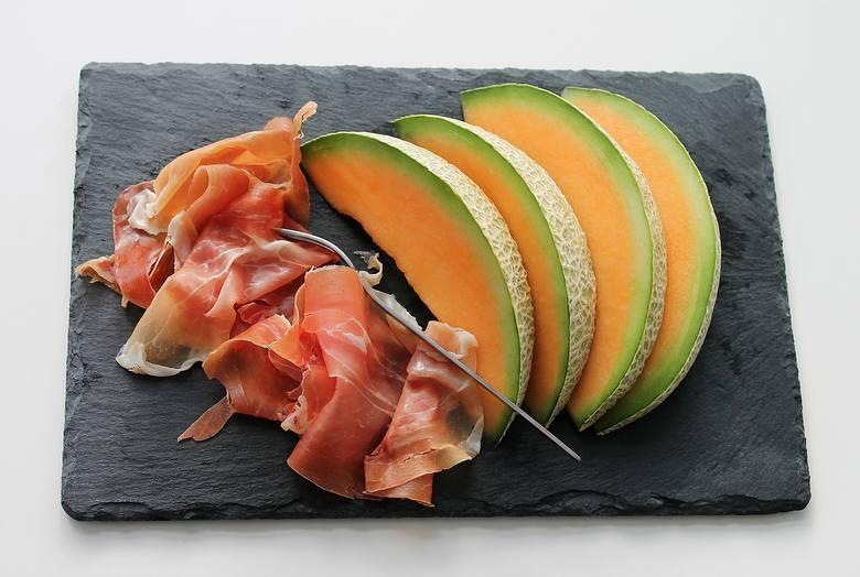 Łódeczki melona w towarzystwie długo dojrzewającej, aromatycznej i mocno słonej szynki parmeńskiej, stanowi przekąskę kuchni włoskiej.