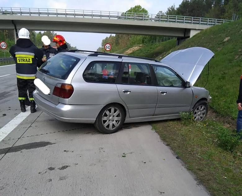 Do zdarzenia doszło w czwartek, 2 maja, na drodze krajowej nr 18. Nissan uderzył w barierki i wypadł z drogi. Na miejsce zdarzenia dotarły wozy straży