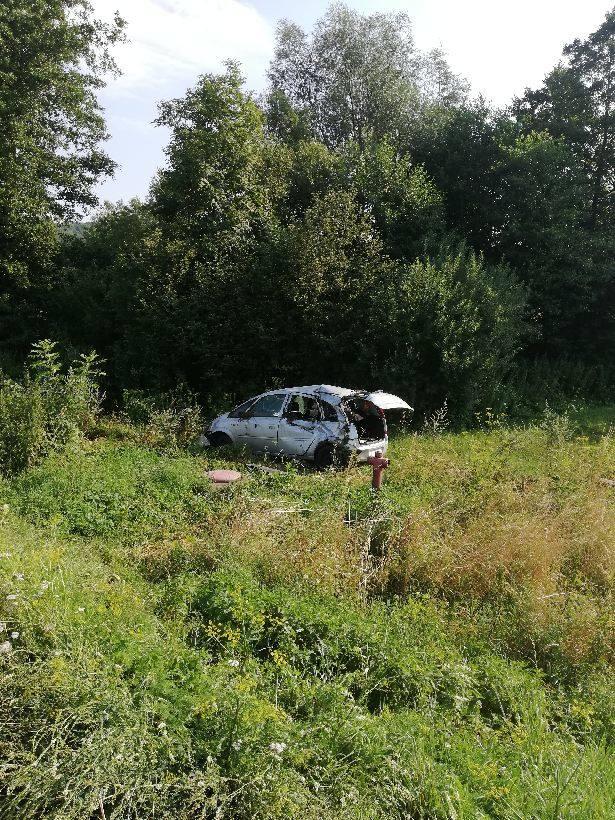 Wypadek na drodze 966. Jedna osoba ranna. Pomógł strażak, który wracał po służbie do domu