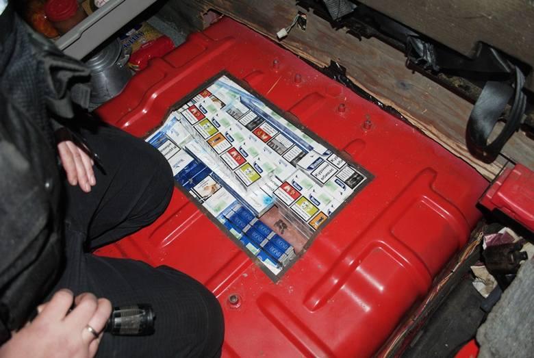 1400 paczek papierosów ukrytych było w skrytce w podłodze kabiny auta, pod lodówką. Rynkowa wartość zatrzymanych papierosów szacowana jest na około 20