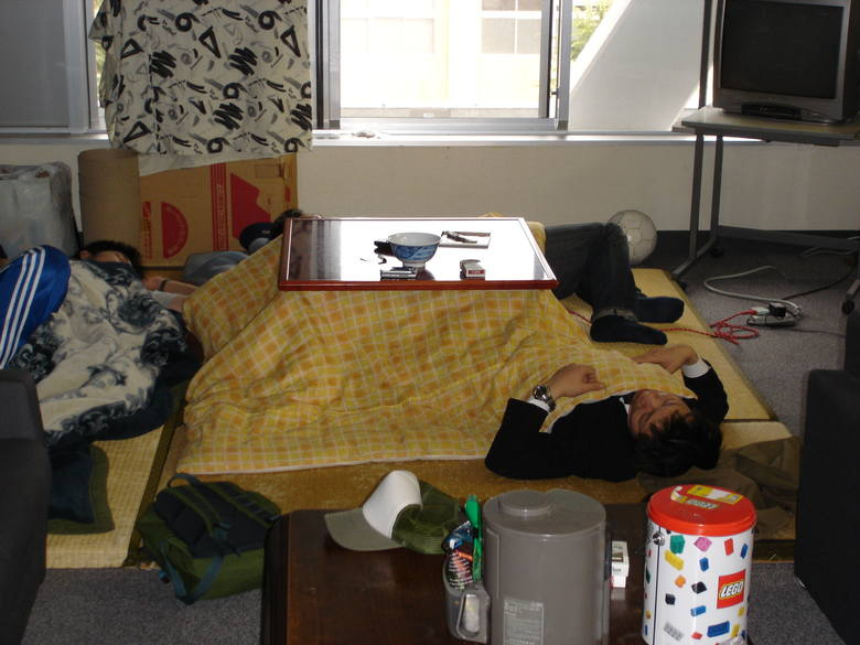 Ciepło generowane przez kotatsu prawie nie wydostaje się poza kołdrę, dlatego zimą życie domowe często koncentruje się wokół urządzenia grzewczego. Brak