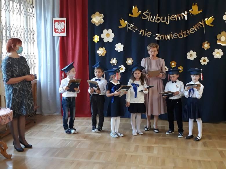 Uczniowie klasy pierwszej z Publicznej Szkole Podstawowej imienia Kornela Makuszyńskiego w Młodocinie Mniejszym oficjalnie zostali włączeni do społeczności