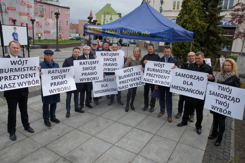 Na placu Wyzwolenia w poniedziałek rano zebrała się spora grupa radnych miejskich.  W ten sposób  ruszyła akcja edukacyjna, której celem ma być wyjaśnienie spodziewanych zmian w prawie wyborczym
