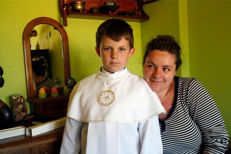 Patryk na zdjęciu wspólnie z mamą Patrycją. Do komunii dopuszczony nie został. Kuria twierdzi, że nie był przygotowany