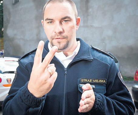 Strażnicy uczą się języka migowego.