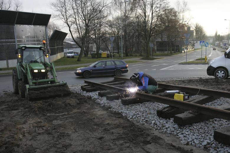 Na rondzie u zbiegu ulic Sobieskiego i Grunwaldzkiej trwają prace. Układane są... tory kolejowe. Jak się dowiedzieliśmy w słupskim ratuszu, tematyka