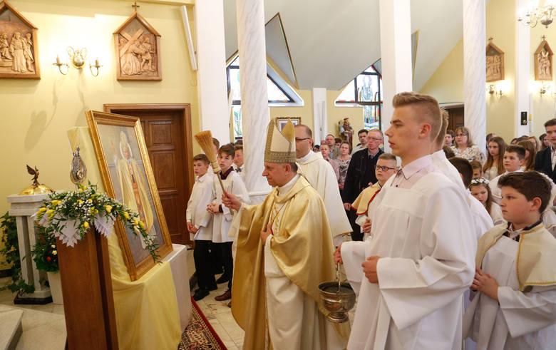 Wprowadzenie relikwii Jana Pawła II do kościoła parafialnego w Zagorzycach Dolnych.