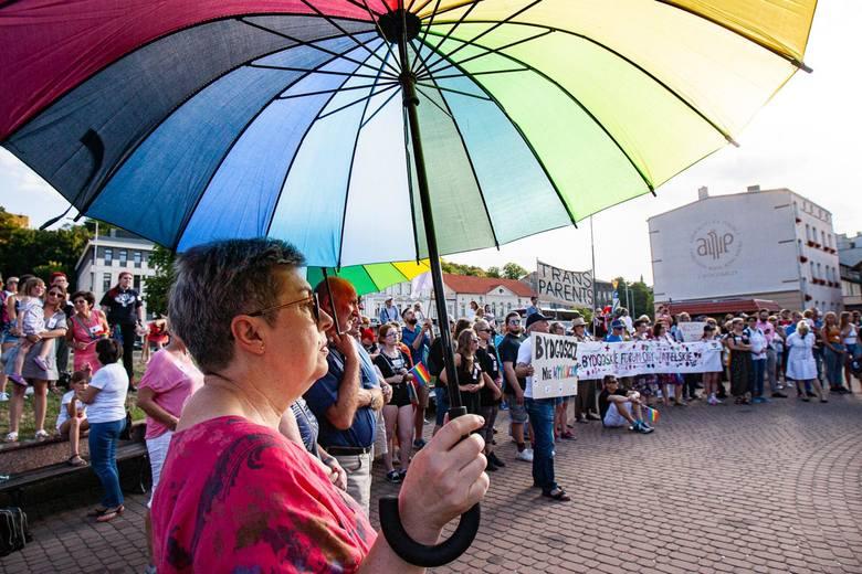 Podczas pierwszego marszu równości w Białymstoku w stronę maszerujących leciały wyzwiska, jajka, kostki brukowe i petardy