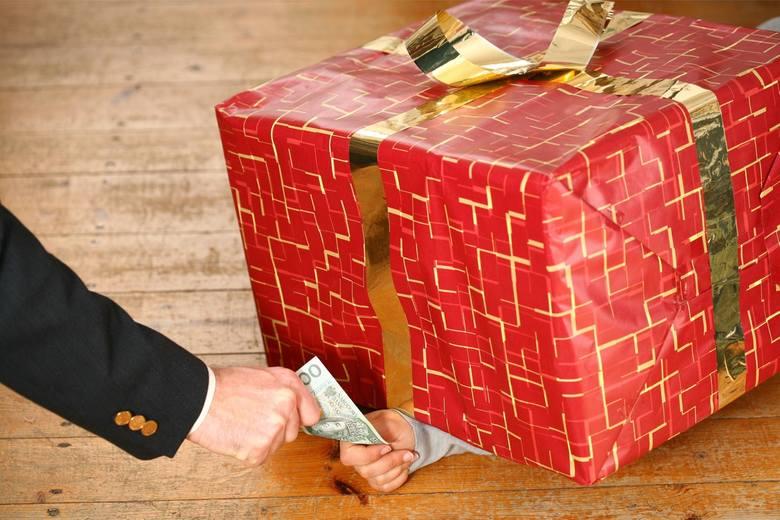 LidlPracownicy Lidla otrzymali podobnie jak w Biedronce doładowanie kart przedpłatowych. Bony przygotowano do kwoty około 700 złotych.