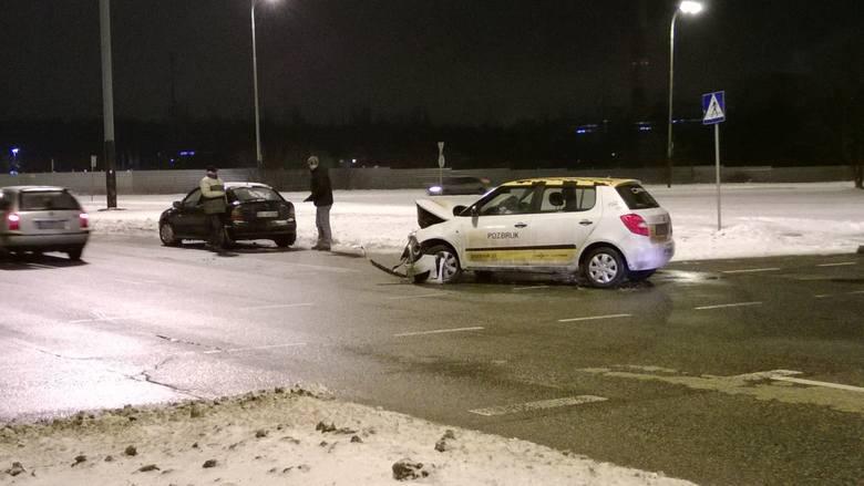 Wypadek na rondzie Sybiraków. Zderzyły sie dwa auta