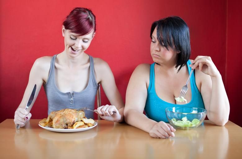 Niekiedy otyłość błędnie bywa utożsamiana z nadwagą.    • Nadwaga uznawana jest za stan przedchorobowy, który może (ale nie musi) prowadzić do otyłości.